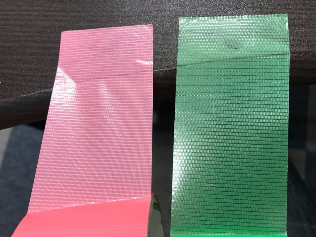 ピンクと緑の養生テープは、緑の養生テープのほうが若干粘着力が強めです