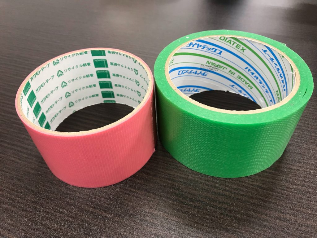 ピンクと緑の養生テープです。メーカーにより粘着力が若干異なります